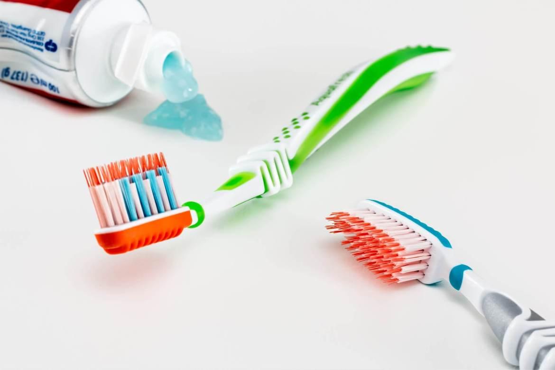 Почему опасно чистить зубы после еды?
