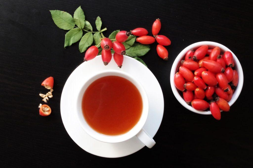 Как чай из шиповника помогает против кашля, насморка и других проблем