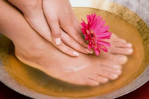 Устранить грибок ногтя с помощью горчичных ванн