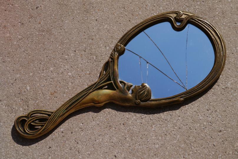 Рукопожатие на пороге и разбитое зеркало: народные поверья и их объяснения по фен-шуй