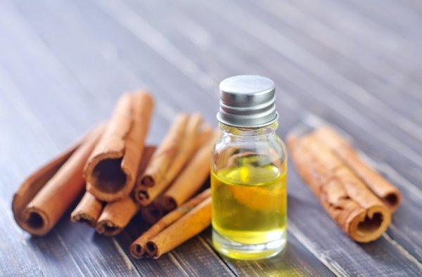 Используйте эфирное масло корицы против грибка ногтей