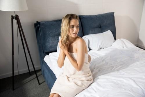 Вредно ли спать с мокрыми волосами?