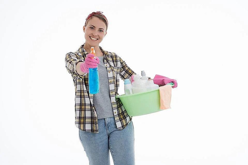 Вот как можно легко и дешево почистить грязный диван