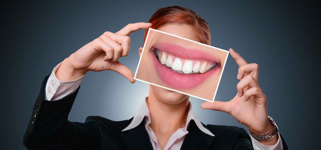 7 причин пожелтения зубов и появления пятен