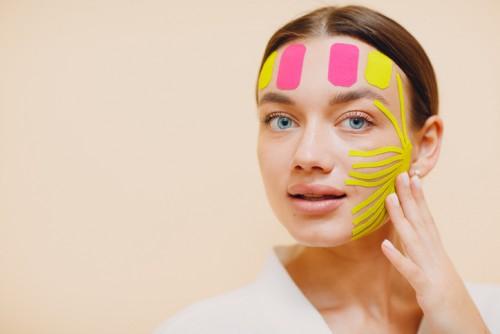 Тейпирование лица: новый тренд среди процедур против морщин